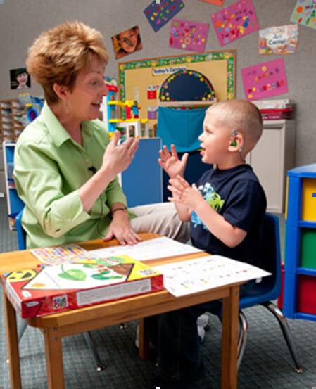 Регулярно занимайтесь со слабослышащим ребенком
